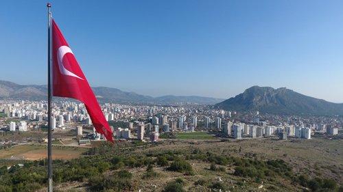 Kozan Belediyesi'nden Şehitler Anısına Büyük Türk Bayrağı