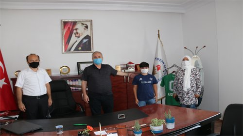 Başkan Özgan'dan başarılı öğrenciye hediye